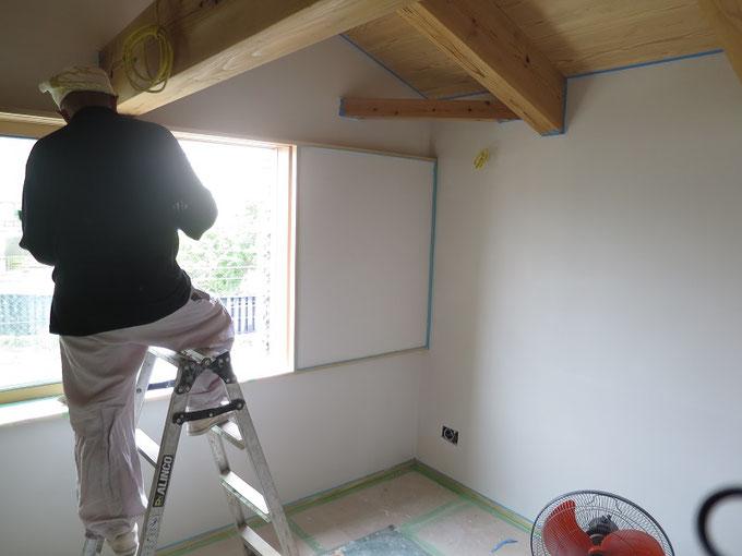 仕上げの珪藻土を塗る前に下塗り材を施工中