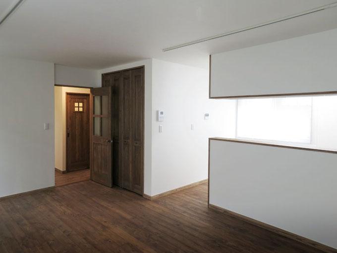 2階息子世帯のリビング オスモカラーで仕上げた無垢桧のフローリングと杉のドアが白いクロス壁とマッチしています。