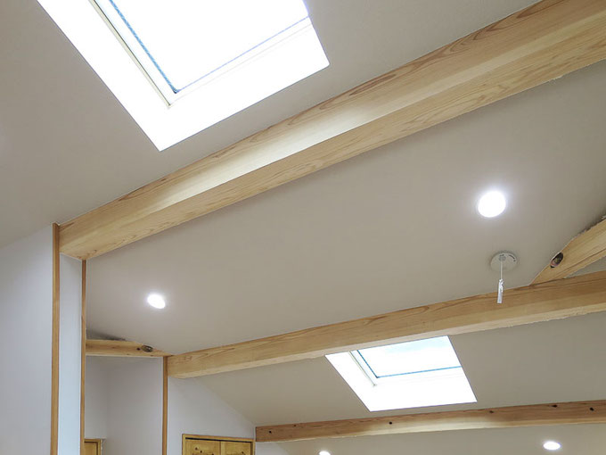 2階は勾配天井として2つの天窓を設置