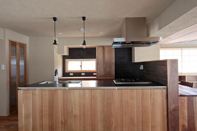 キッチン横にはパントリーを設置し、建具にはホワイトオークを使用