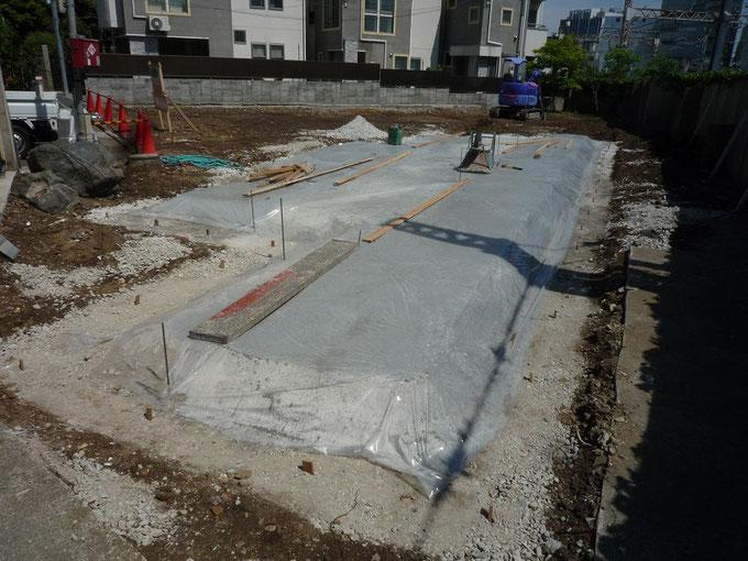 上野桜木の家 基礎工事 砕石を敷き詰めて転圧