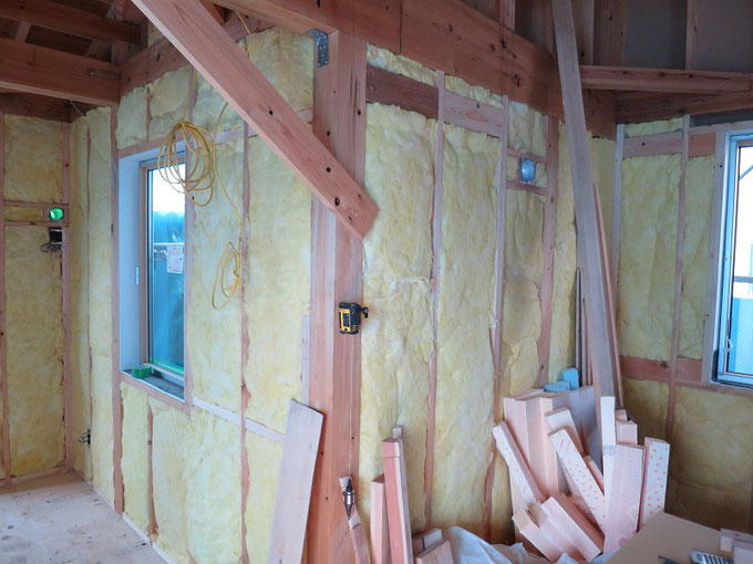 壁に高性能グラスウールを充填