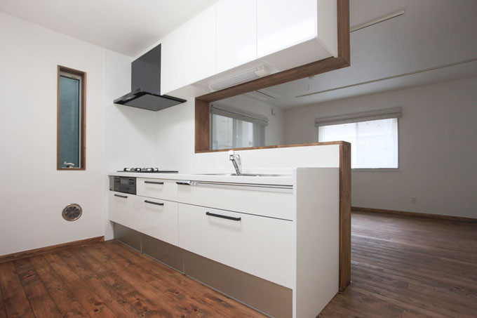 リビングを見渡せる対面式キッチンは大容量な収納が魅力 色は全体的な白のイメージに合わせておしゃれなホワイトをチョイス