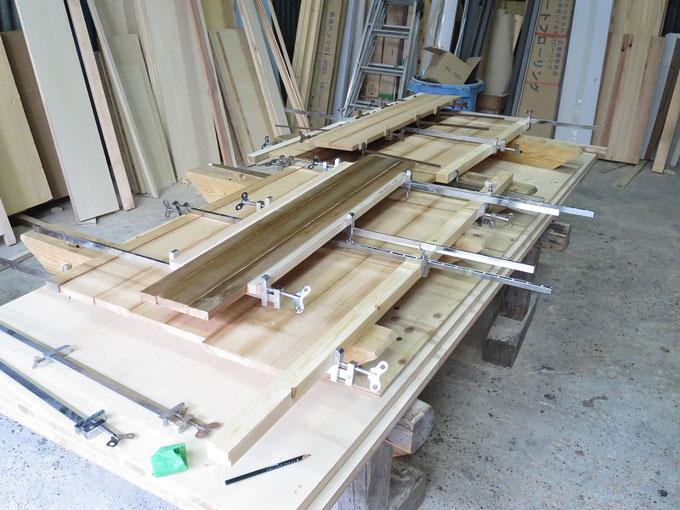 木取した秋田杉を矧ぎあわせて鏡板を製作中