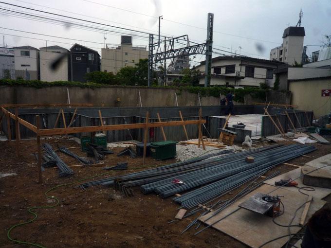 ベタ基礎工事は鉄筋と型枠を取り付けます