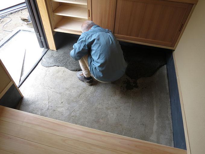 玄関土間をモルタル洗い出しで仕上げています