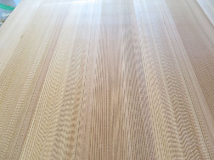 大変美しい秋田杉の赤の柾目です