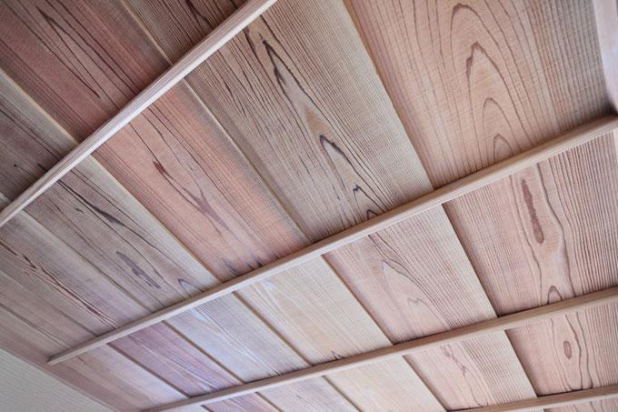 玄関の天井は秋田杉 赤を使用して「うづくり仕上げ」にしました