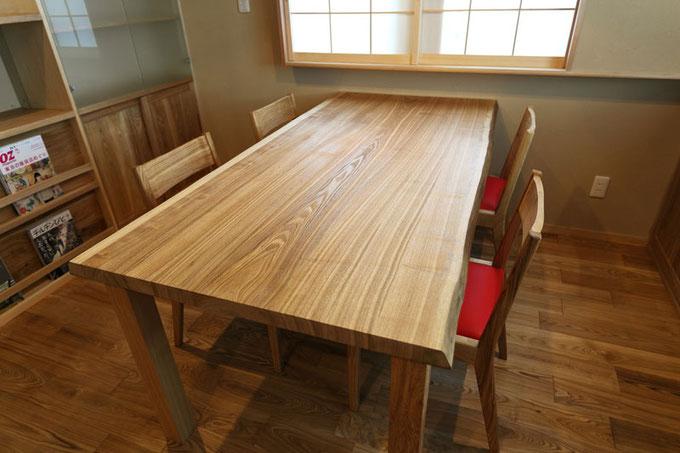 造作のダイニングテーブルはタモ製