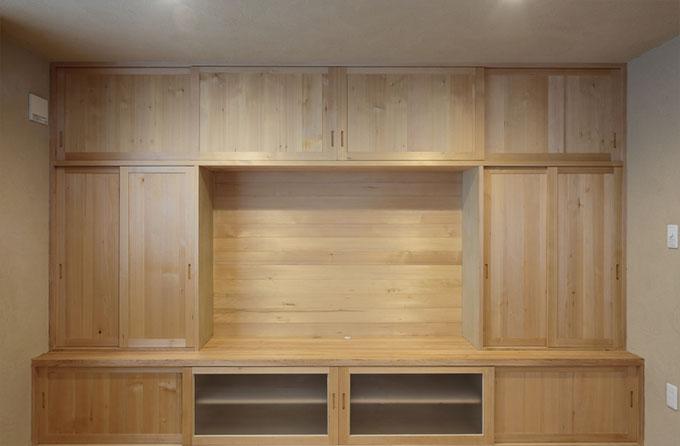 リビングのメイン家具である木曽ヒバを使用したTVボードは大容量の収納スペース