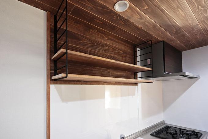 キッチン上部にはおしゃれなアイアンフレームを使用した造り付け収納棚