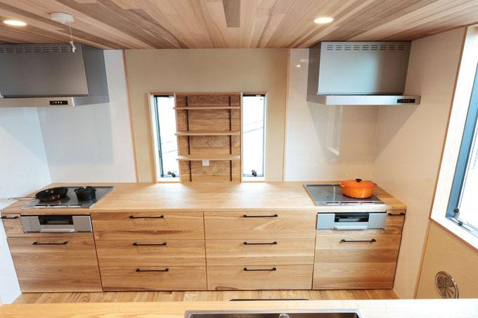 カウンタートップから収納部分、引き出しや棚などタモを使用して一からキッチンを造作