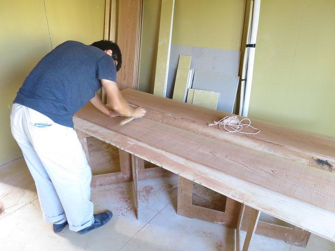 今年入社したばかりの後輩の内田君が秋田杉の天井板をうずくり仕上げしているところです