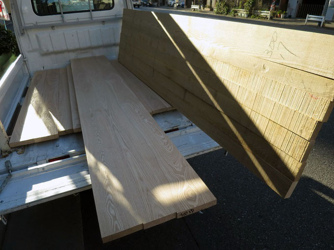 下小屋でのタモ矧ぎ合わせの作業が終わり製材工場で寸法を合わせます