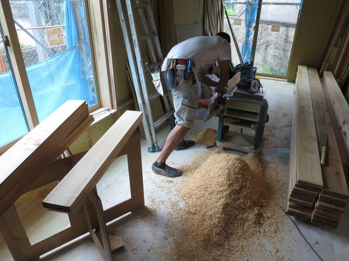 階段の踏み板を加工しています