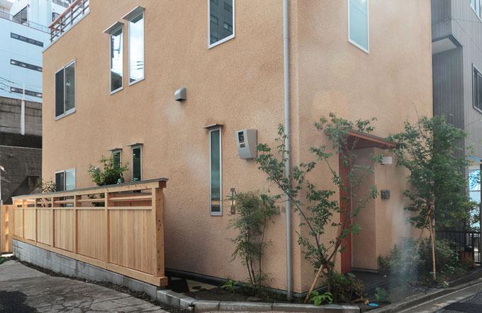 木塀と植栽が和の雰囲気を醸し出しています