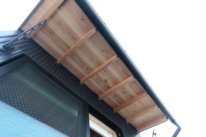 軒裏は杉の化粧野地板と木曽ヒバの屋根垂木を表しにしています