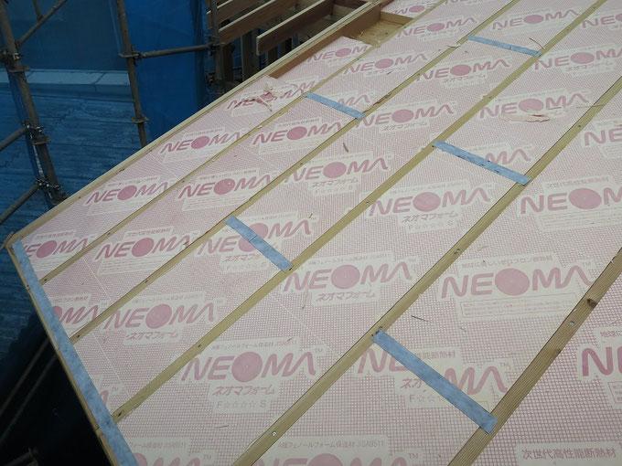 屋根断熱に気密テープの施工