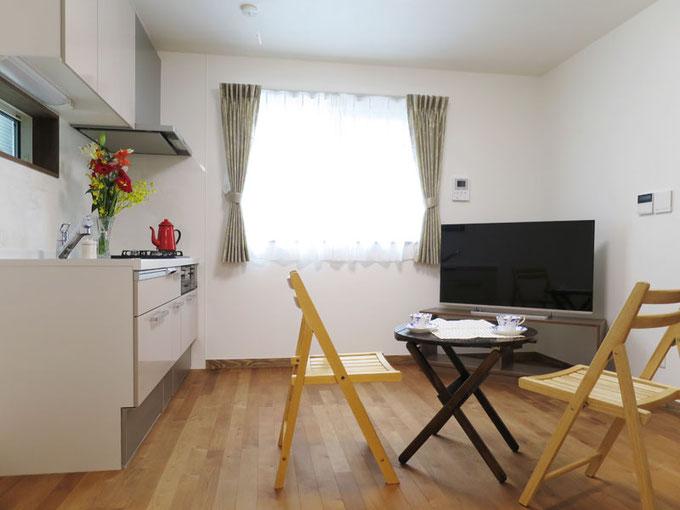 お母様のご希望で1階の部屋はガス床暖房を配置して冬は暖かく過ごせます。 フローリングには目にもあたたかい黄褐色でやさしい木目が特徴の床暖房対応の無垢バーチを使用