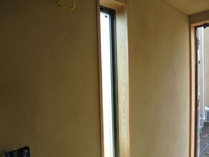 塗り終えた直後の珪藻土の壁です