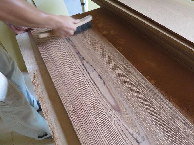 秋田杉の天井板を手加工で「うずくり」加工している様子です