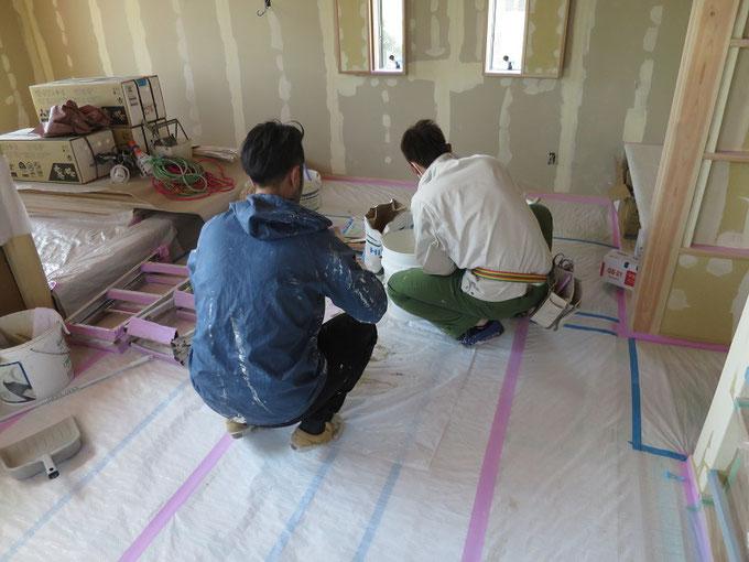 左官屋さんが珪藻土を塗る前の下地処理をしています
