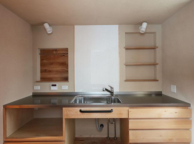 キッチンの壁に埋め込まれたニッチには調味料を置いたりできる、ちょっとした収納スペースに