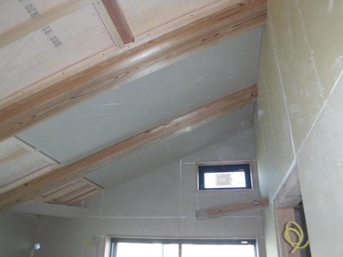 天井に石膏ボードを張っています