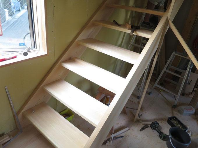 階段板の取付が進んでいます