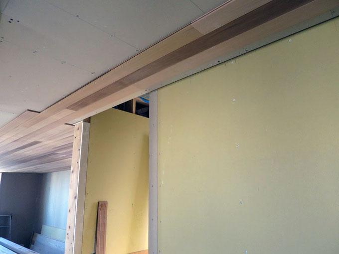 2階のリビング・ダイニングの天井にレッドシダーを張っています