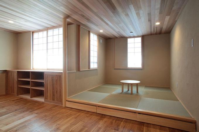 リビングの一角には小上がりの畳コーナーを設置してくつろぎの空間に