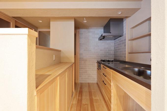 面材に桧の柾目を使用した大工がつくる造作キッチン