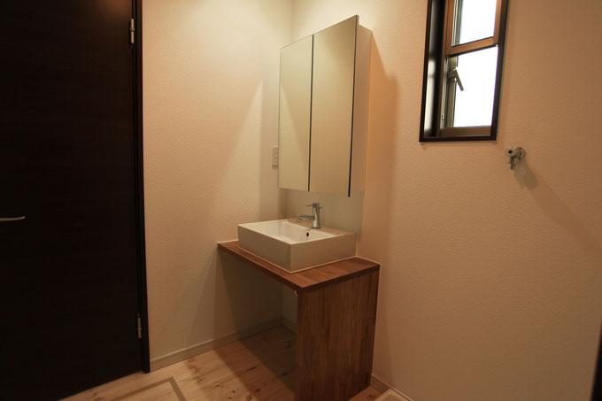 造作の洗面化粧台 ミラー上部の間接照明が上質な空間を演出しています