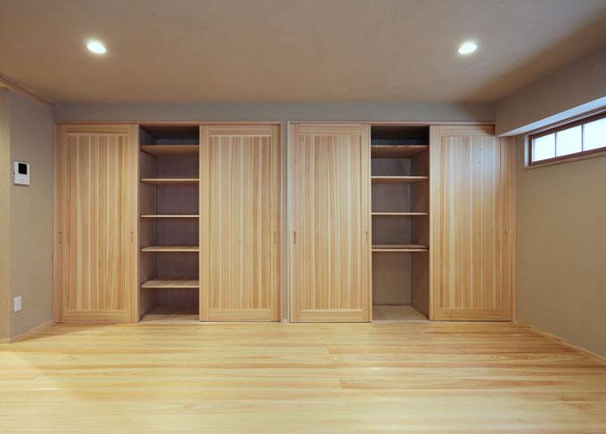1階に生活スペースを全て集約しているため、様々な用途に使用できる収納家具が多くあります