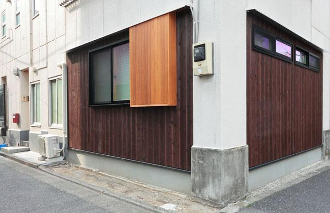 外壁は焼杉を使用して落ち着いた上品な雰囲気になっています