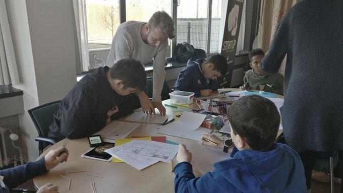 Hier werken de leerlingen aan de storyboards