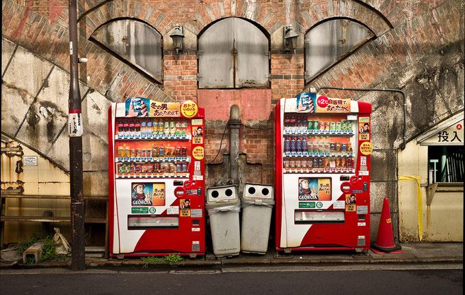Getränkeautomaten in Shimbashi in Tokyo, Japan als Farbphoto