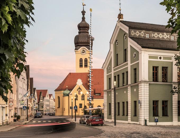 Wolnzach in Bayern (Deutschland) in der Dämmerung als Farbphoto
