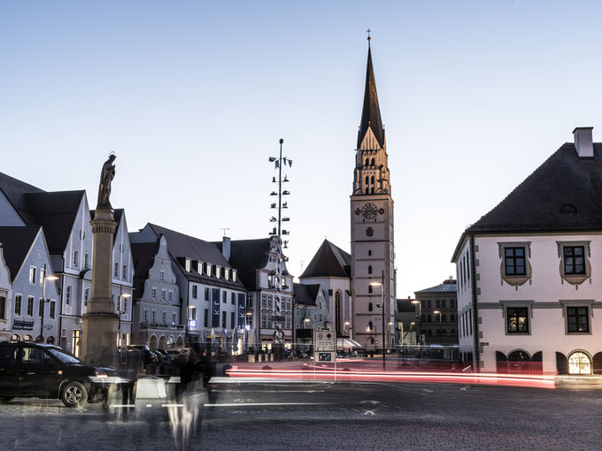Nachtaufnahme des Hauptplatzes in Paffenhofen, Bayern, als Farbphoto