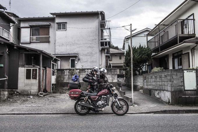 Motorradfahrer auf einer Straße in Enoshima, Japan als Farbphoto
