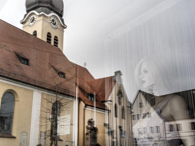 Dom der Hallertau in Wolnzach in Bayern (Deutschland) in der Dämmerung als Farbphoto