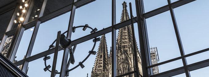 Blick aus der Vorhalle des Kölner Bahnhofs auf den Kölner Dom als Panorama-Fotografie
