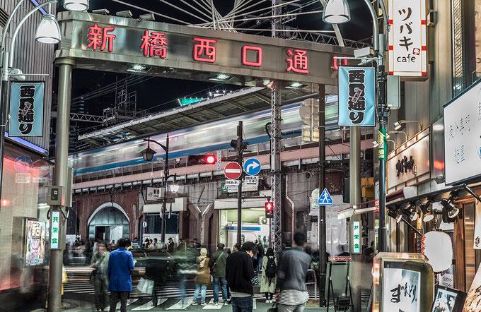 Nachtleben vor dem Shimbashi Station in Tokyo, Japan als Farbphoto