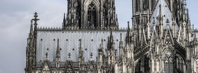 Details des Kölner Doms als farbige Panorama-Fotografie