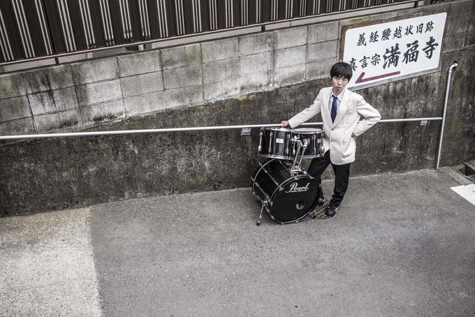 Schlagzeugspieler mit Schlagzeug auf einer Straße in Enoshima, Japan als Farbphoto