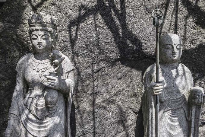 Steinfiguren im Hesedera Temple in Kamakura, Japan aus als Farbphoto