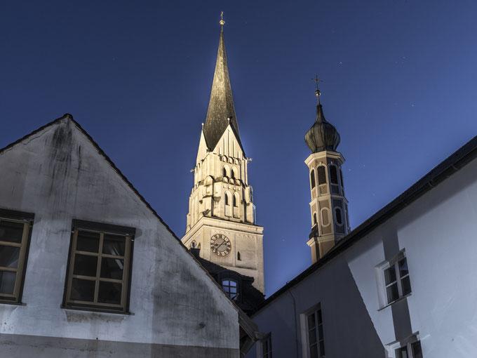Abendaufnahme von St. Johannes Baptist in Paffenhofen, Bayern, als Farbphoto