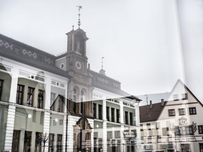 Spiegelung des Rathauses von Wolnzach in Bayern (Deutschland) als Farbphoto
