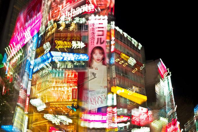 Nachtaufnahme von Shibuya Crossing in Tokyo, Japan als Farbphoto