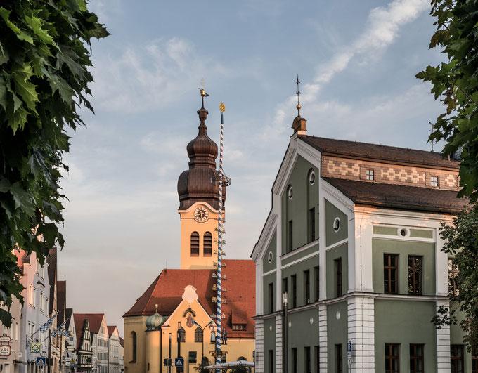 Marktplatz von Wolnzach in Bayern (Deutschland) in der Dämmerung als Farbphoto